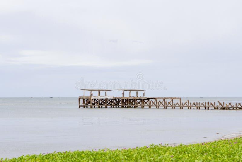 Cementera bron till havet med havsgrönsaker arkivbilder