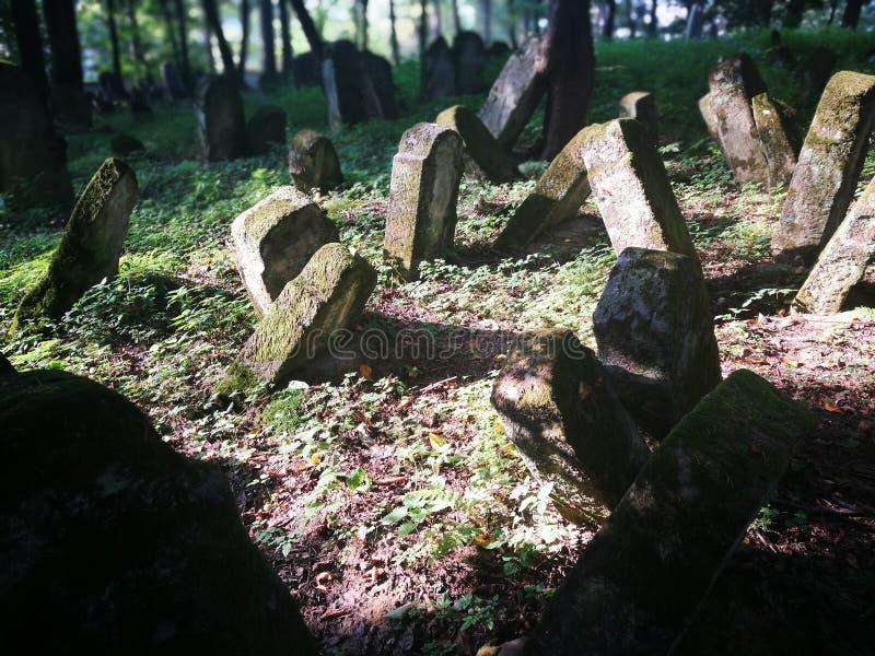Cementerio abandonado Mirada artística en colores imagenes de archivo
