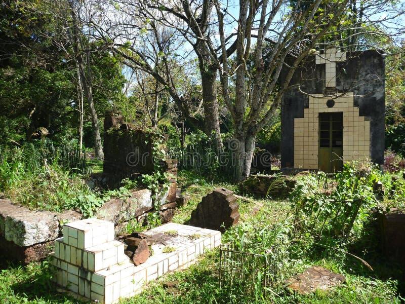 Cementerio abandonado viejo en ruinas de las misiones de la jesuita en la Argentina imagenes de archivo