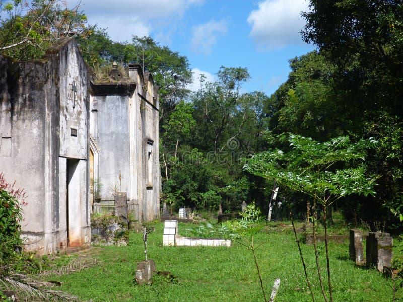 Cementerio abandonado viejo en ruinas de las misiones de la jesuita en la Argentina fotografía de archivo