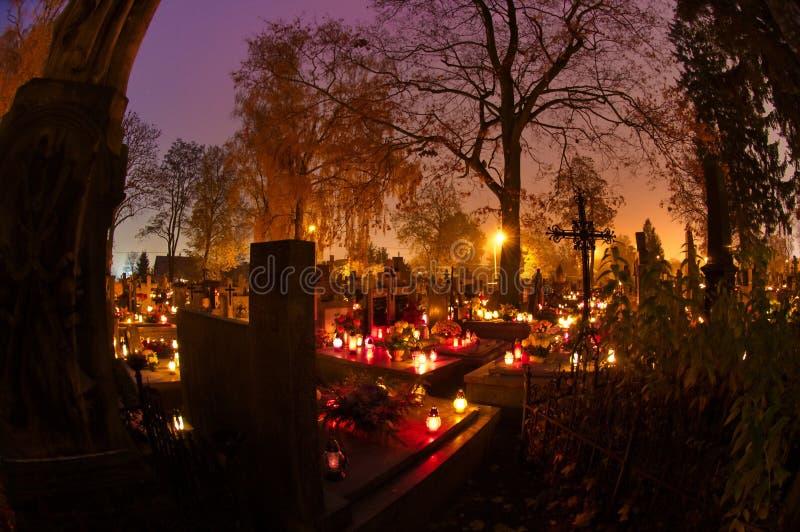 Cementerio adornado con las velas imágenes de archivo libres de regalías