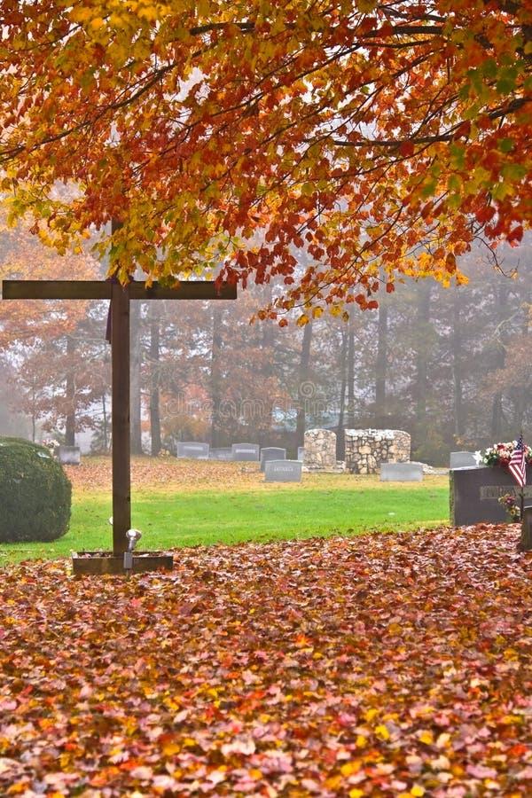 Cementerio brumoso del otoño imagenes de archivo