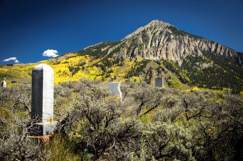 Cementerio con cresta 1 de la mota fotos de archivo libres de regalías
