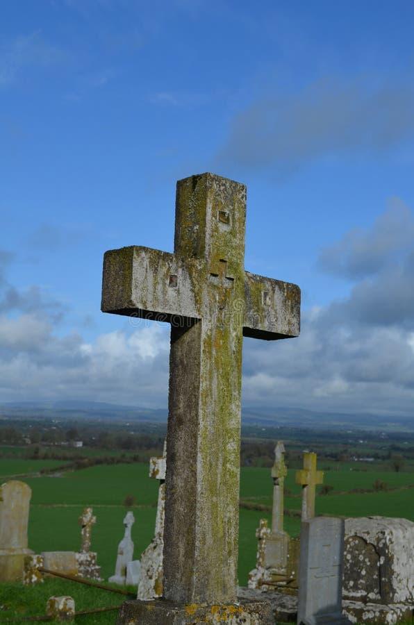 Cementerio con las cruces de piedra en Cashel fotografía de archivo