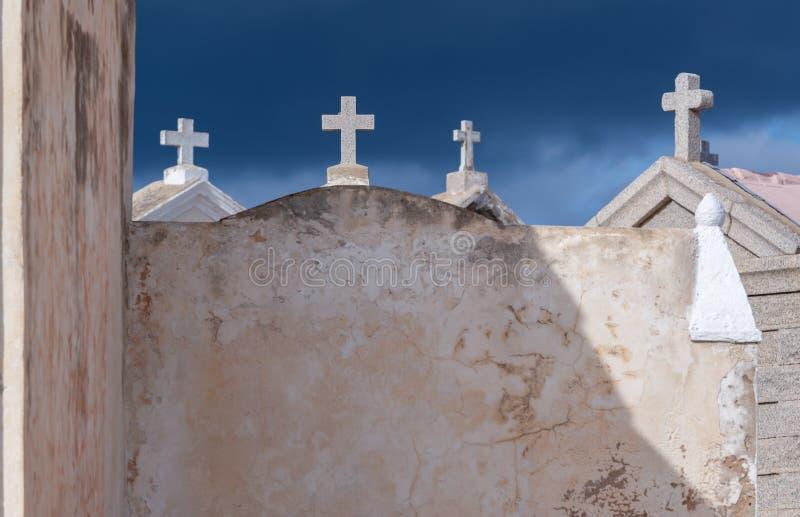 Cementerio cristiano con las cruces contra el cielo azul marino imagen de archivo libre de regalías