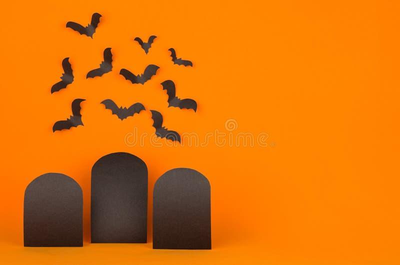 Cementerio de la diversión - el fondo anaranjado de Halloween con las etiquetas negras en blanco de la venta y los palos se reúne imagen de archivo