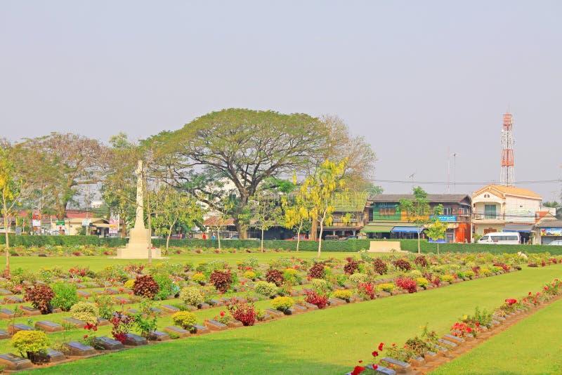 Cementerio de la guerra de Kanchanaburi, Kanchanaburi, Tailandia imagenes de archivo