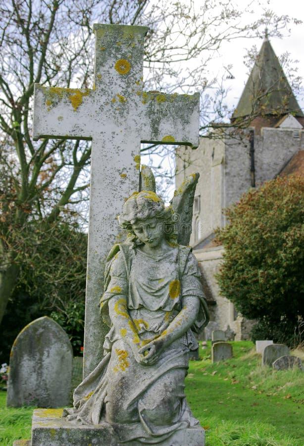 Cementerio De La Iglesia Con ángel Fotografía de archivo