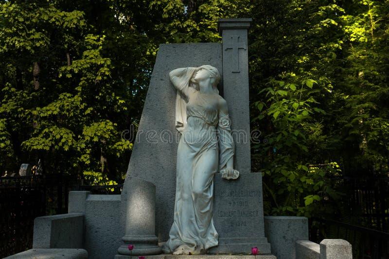 Cementerio de Moscú, Rusia/de Novodevichy - estatua de mármol blanca fotografía de archivo