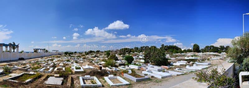 Cementerio en la playa pedregosa de Medina antiguo, Hammamet, Túnez, Medite fotos de archivo
