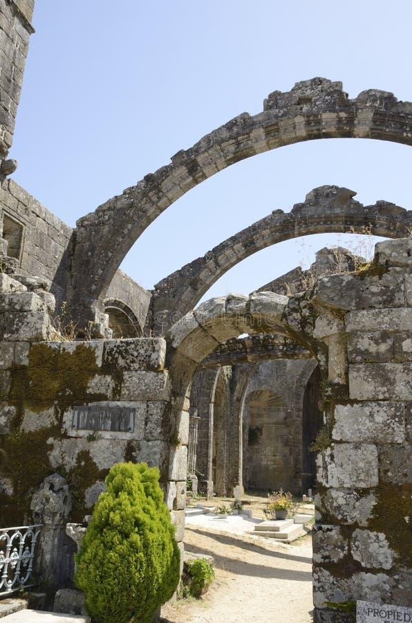 Cementerio en las ruinas de la iglesia fotos de archivo