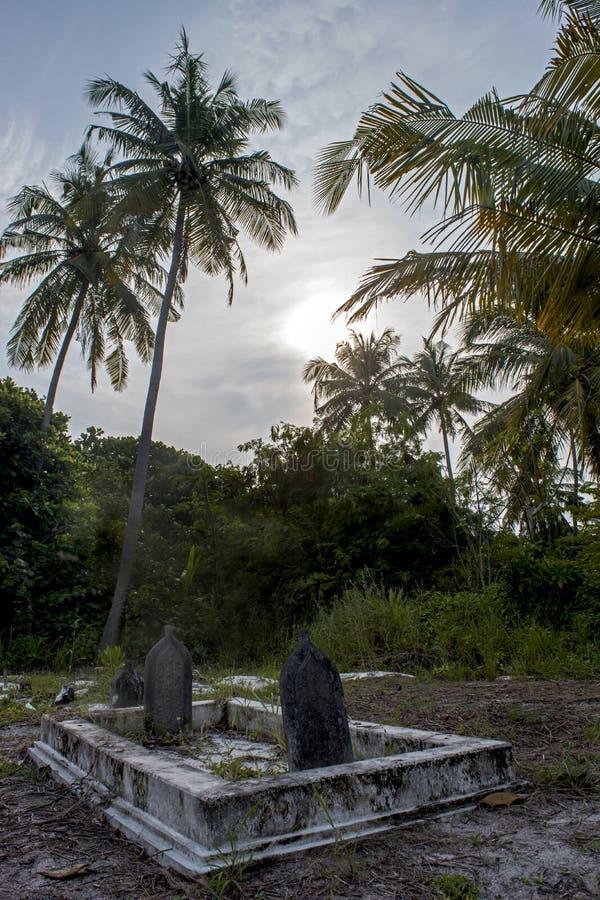 Cementerio espeluznante antiguo con la cripta y sepulcros en la isla local tropical Fenfushi fotografía de archivo libre de regalías