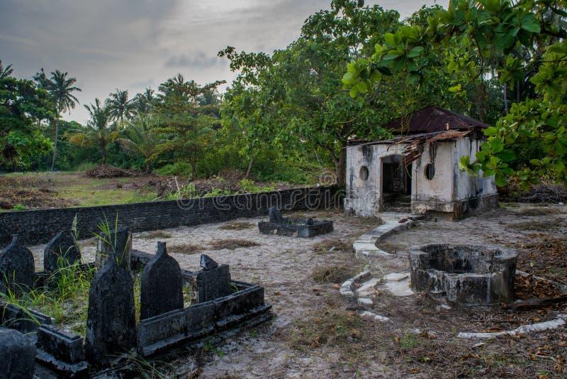 Cementerio espeluznante viejo antiguo con la cripta y sepulcros en la isla local tropical Fenfushi imagen de archivo