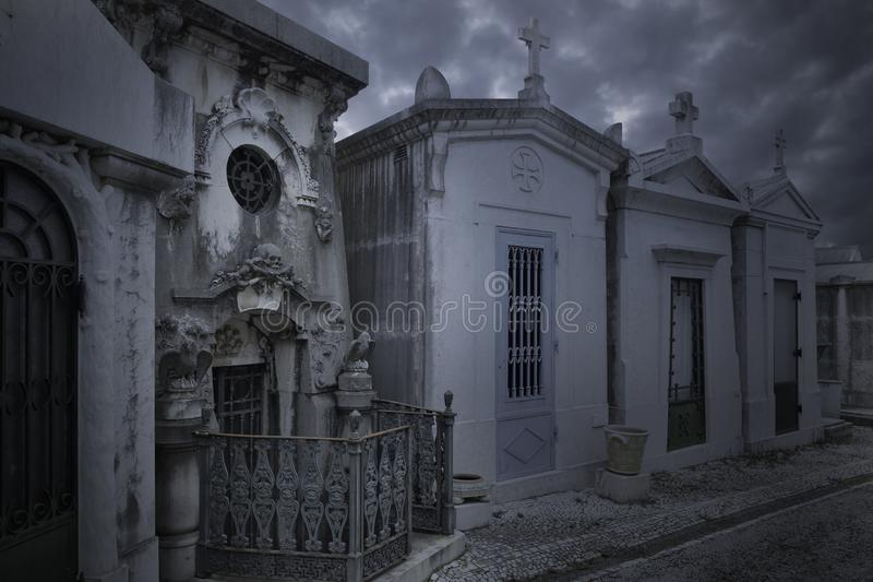 Cementerio europeo viejo en la oscuridad imagenes de archivo