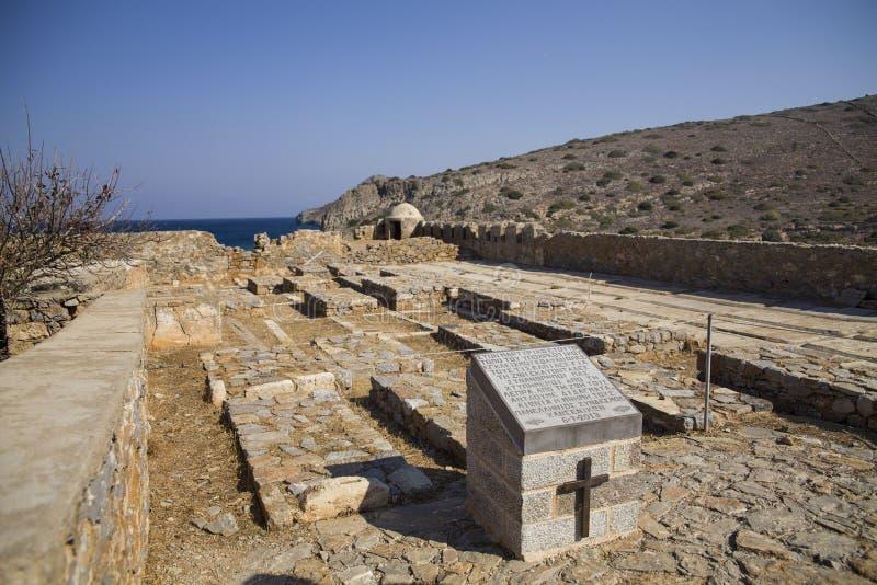 Cementerio histórico viejo debajo de la fortaleza de Spinalonga Cementerio antiguo griego en la isla Capilla y lugar del entierro fotos de archivo libres de regalías