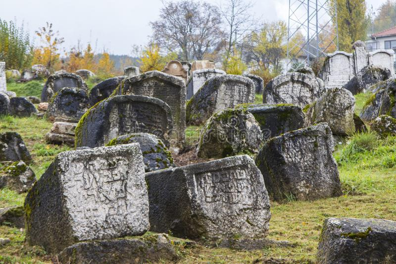 Cementerio judío abandonado histórico en Sarajevo Bosnia y Hercegovina fotos de archivo