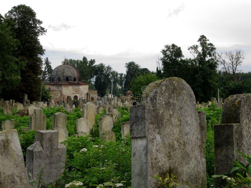 Cementerio judío abandonado viejo con los sepulcros de piedra entre los árboles imágenes de archivo libres de regalías