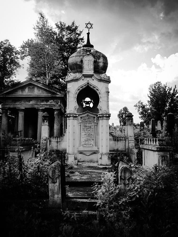 Cementerio judío abandonado viejo con los sepulcros de piedra entre los árboles fotografía de archivo