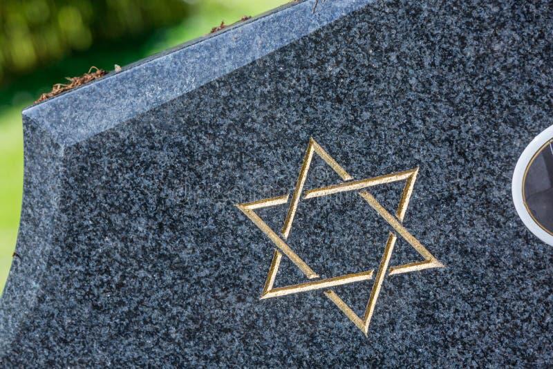 Cementerio judío: Estrella de David en la piedra sepulcral imagenes de archivo