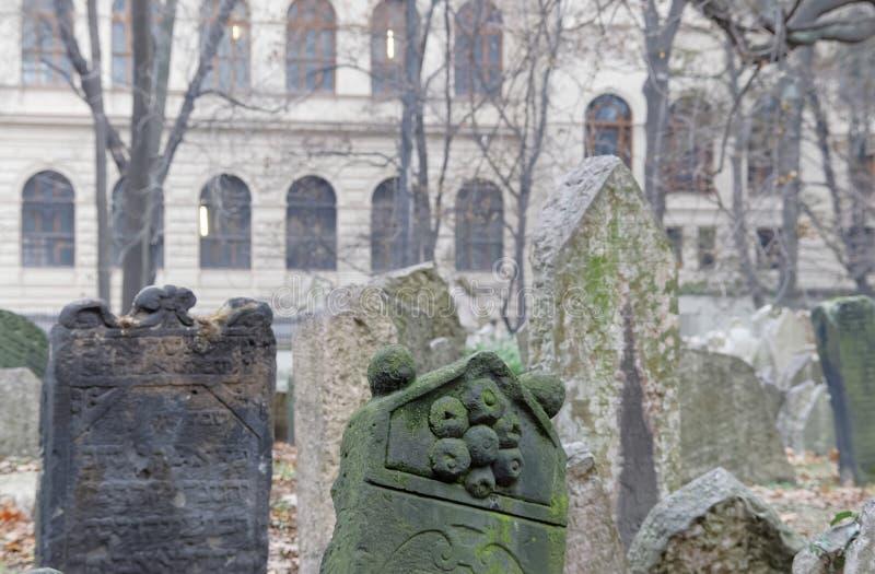 Cementerio judío viejo y una iglesia, Praga fotos de archivo libres de regalías