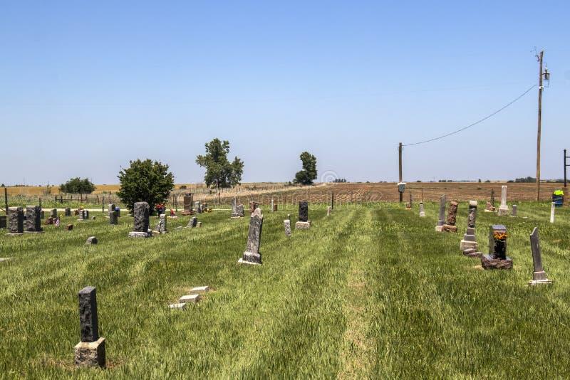 Cementerio solo del país que acaba de segarse en los llanos con el campo arado detrás imágenes de archivo libres de regalías