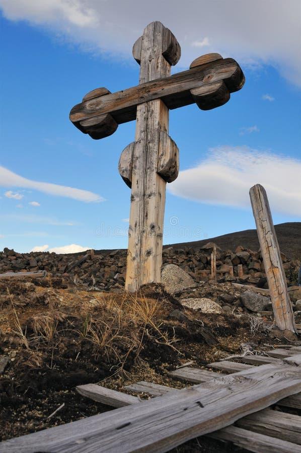 Cementerio - vieja cruz de madera imagen de archivo