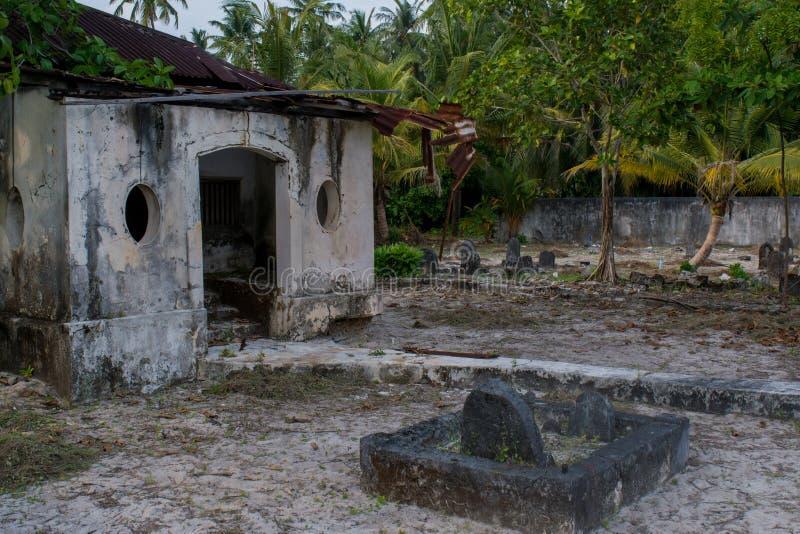 Cementerio viejo antiguo con la cripta y sepulcros en la isla local tropical Fenfushi imagen de archivo
