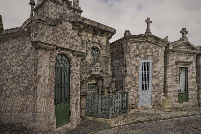 Cementerio viejo surrealista imagenes de archivo