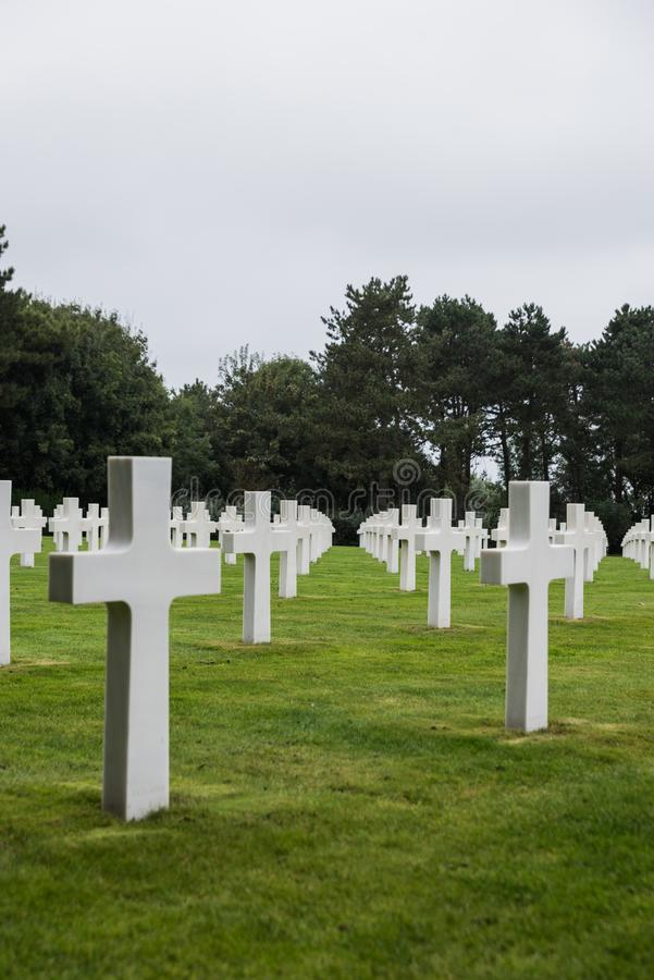 Cementerio y monumento militares americanos de Normandía en Omaha Beach, Colleville-sur-Mer, Normandía, Francia - tiro vertical imagenes de archivo