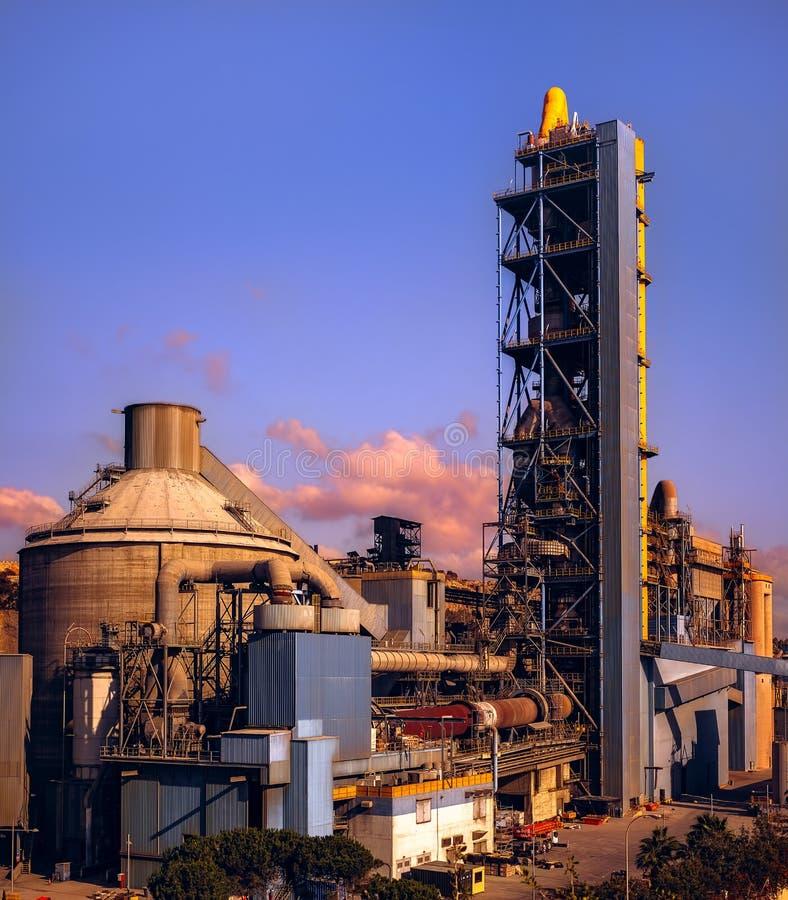 Cementfabriek bij zonsondergang, de stad van Malaga, Spanje stock fotografie