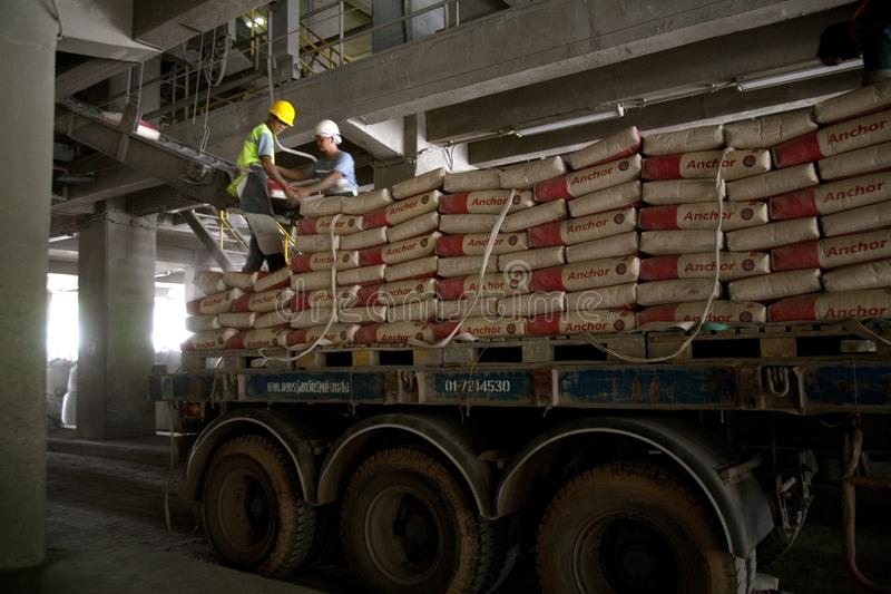 Cementfabriksarbetare royaltyfri foto