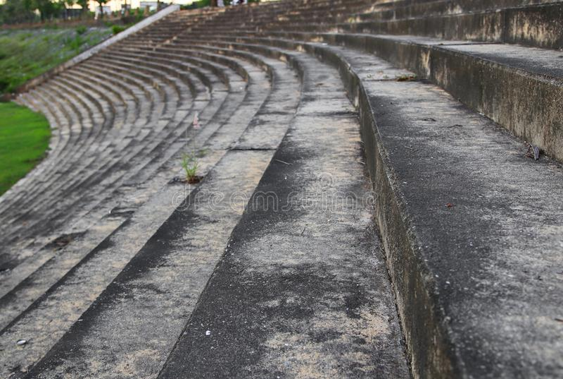 Cemento de la escalera viejo en el foco selecto del parque público con la profundidad del campo baja imagen de archivo