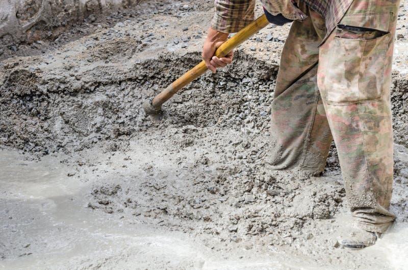 Cemento de mezcla del trabajador de construcción fotografía de archivo libre de regalías