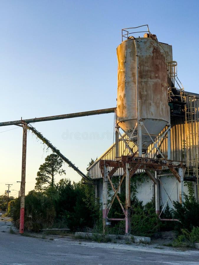Cemento Silo del abandono en Port Royal, Carolina del Sur fotografía de archivo