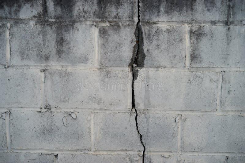 Cementowa blok ściana uszkadzająca od trzęsienia ziemi obraz royalty free