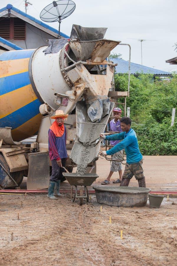 Cementowa ciężarówka nalewa cement fura przy consrtuction miejscem obrazy royalty free