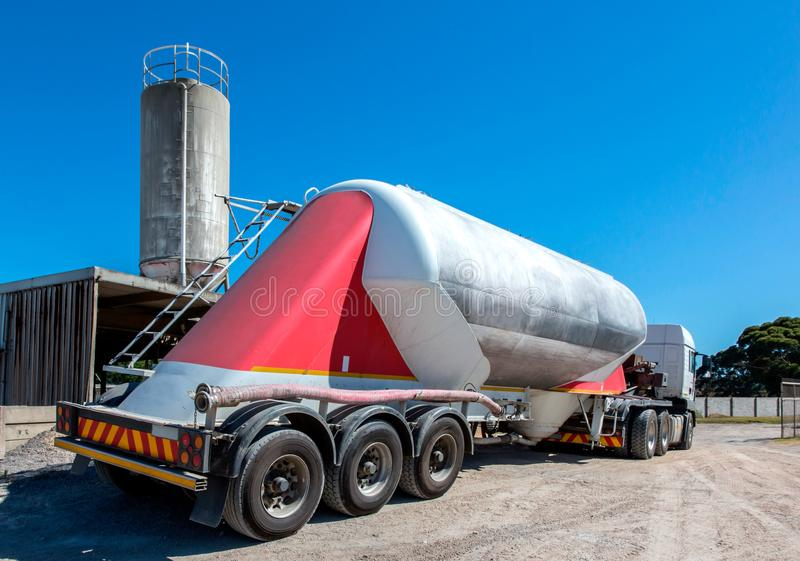 Cementowa doręczeniowa ciężarówka z wielokrotność silosem w tle i kołami zdjęcia royalty free