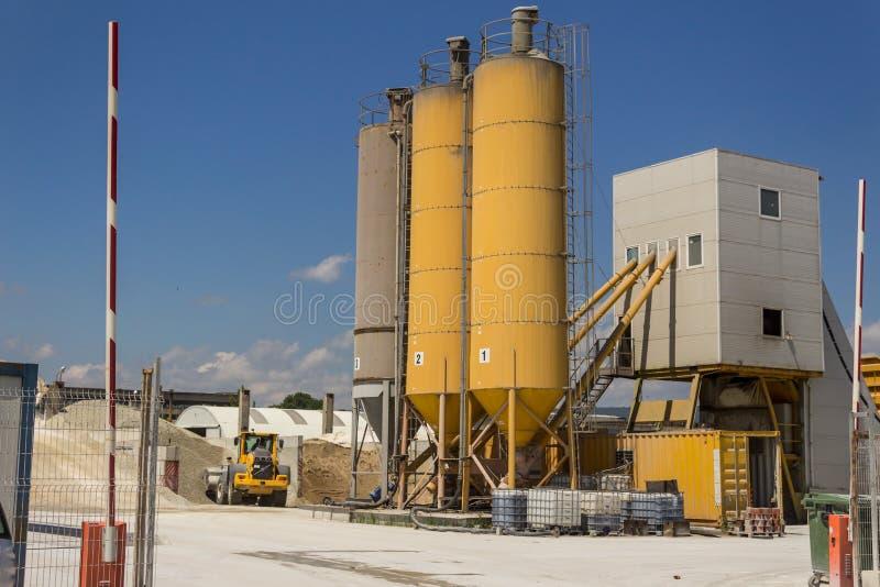 Cementowy beton miesza wyposażenie Żwir fabryki maszyneria Wysocy silosy obrazy stock