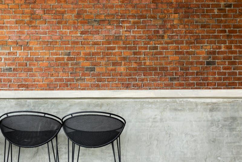 Cementowy odpierający klub nocny z siedzenie prętową stolec ściana z cegieł i zdjęcia stock