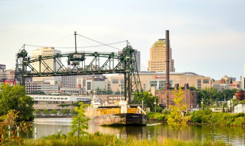 Cementpråm på den Cuyahoga floden i stadens centrum Cleveland royaltyfria foton