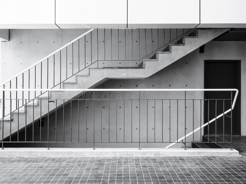 Cementtrappa med moderna arkitekturdetaljer för betongvägg arkivfoton