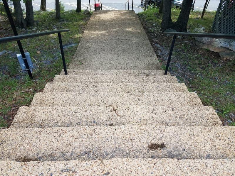 Cementtreden met traliewerk die tot asfalt leiden royalty-vrije stock foto