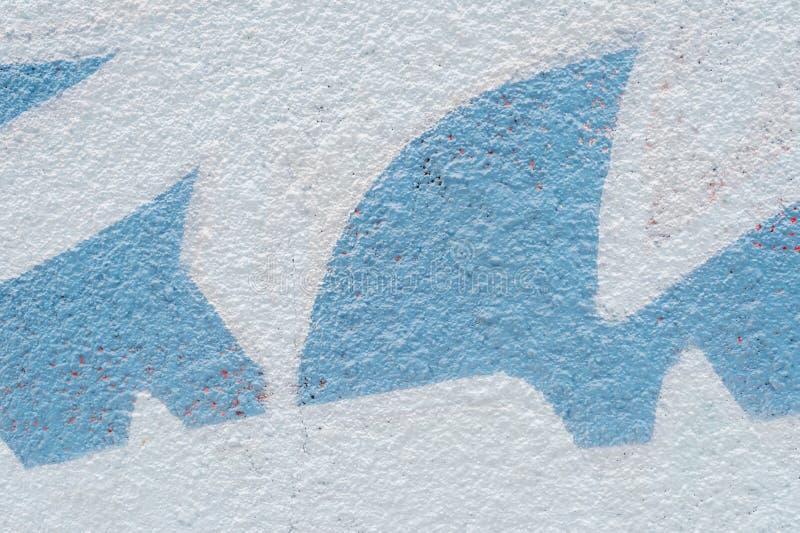 Cementvägg med blåa former arkivbild
