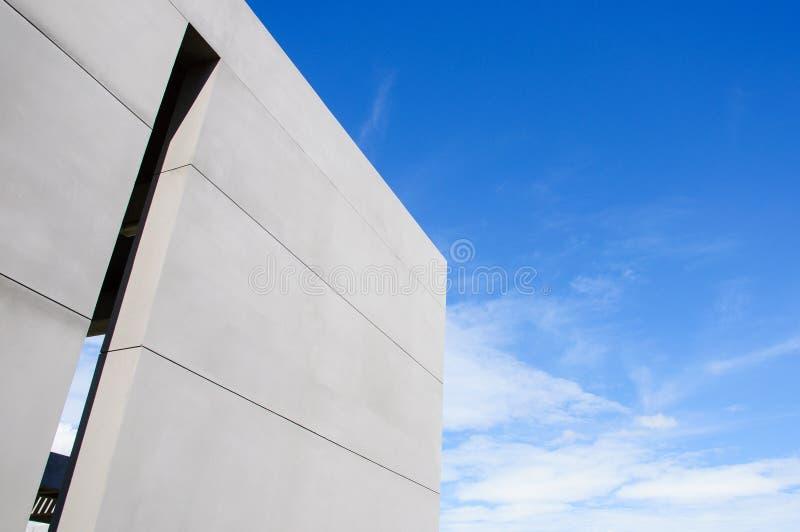 Cementvägg och himmel fotografering för bildbyråer