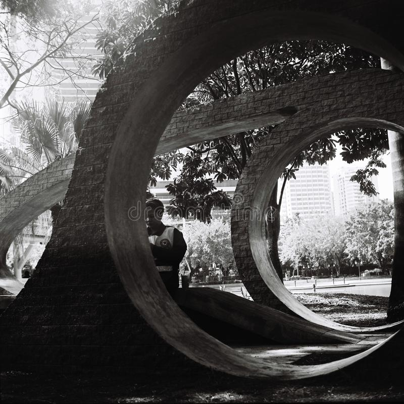 Cementvormen in een park stock foto's