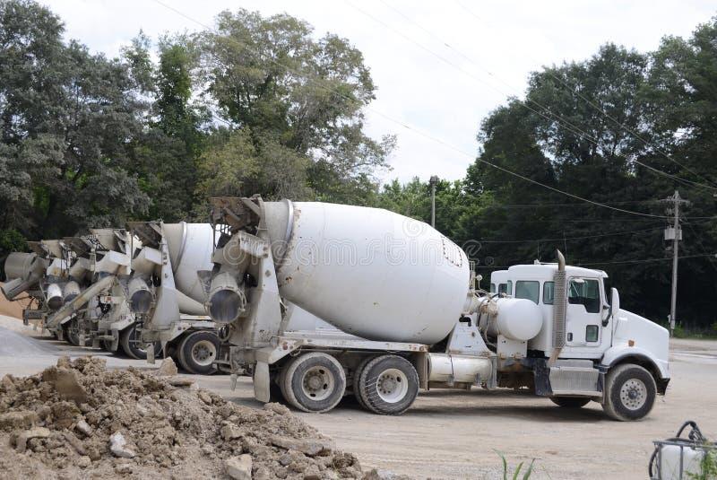 Cementvrachtwagens bij een Steengroeve royalty-vrije stock afbeelding