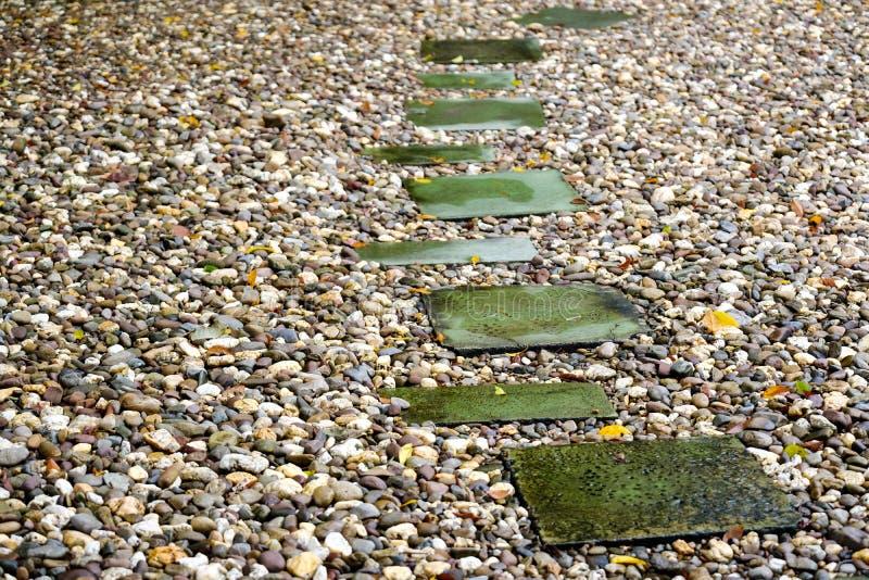 Cementweg op de kiezelsteen royalty-vrije stock foto's