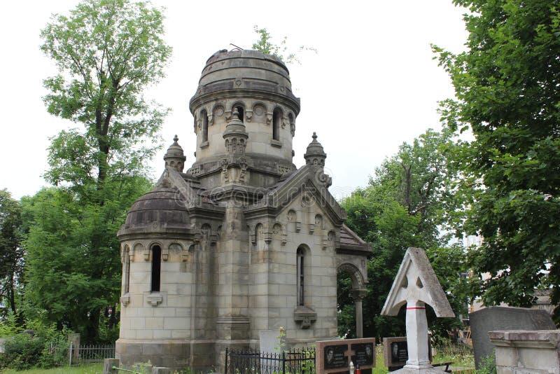 Cemitério antigo na cidade velha Lviv fotografia de stock