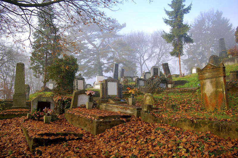 Cemitério bonito no outono foto de stock royalty free