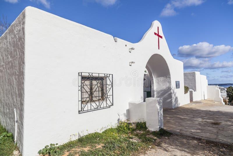Cemitério branco exterior em DES Riu de Santa Eularia, Ibiza, Espanha fotografia de stock royalty free